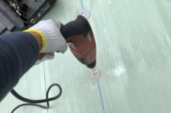 防水シートを固定するための塩ビ鋼板のディスクを固定