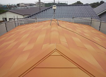 解体の費用がかからず、屋根が二重になるので断熱性も高くなります