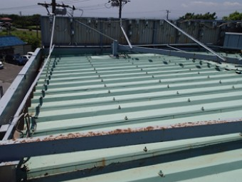 折板屋根と高さの低いパラペットの間が雨樋になっている構造