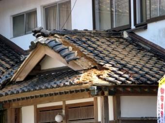 崩れた屋根瓦