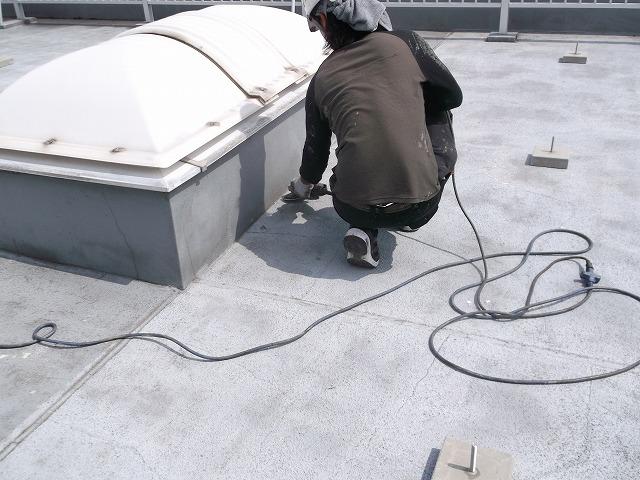 事務所屋上トップライト周辺の防水工事中
