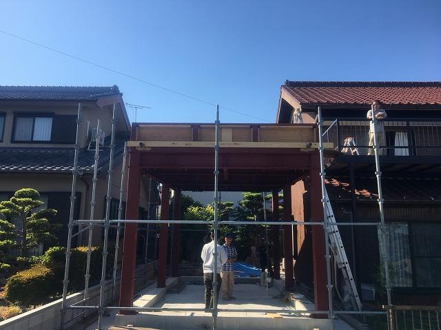 骨組み段階の住宅外観写真