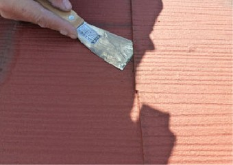 屋根材の隙間確認している様子